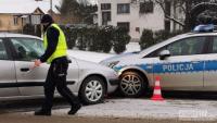 Osobówką uderzyła w policyjny radiowóz