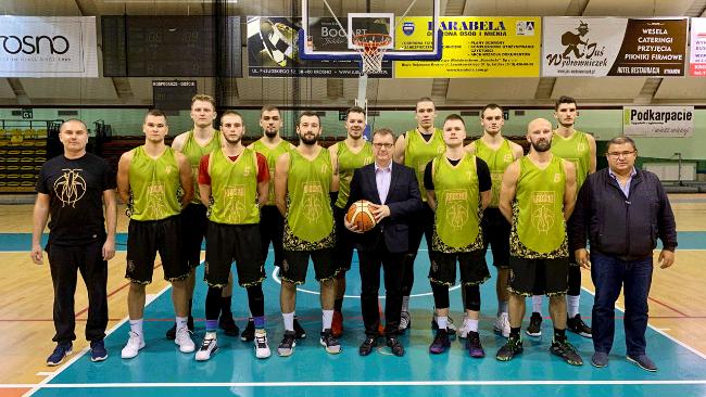 Poseł Piotr Babinetz odwiedził koszykarzy Miasta Szkła