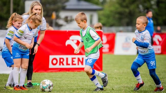 """Piłkarskie święto w Rogach! Dzieciaki zagrały w festiwalu """"ORLEN Beniaminek Soccer Schools Liga""""!"""