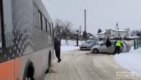 Kolizja Skody z autobusem. Do zdarzenia przyczyniła się śliska nawierzchnia