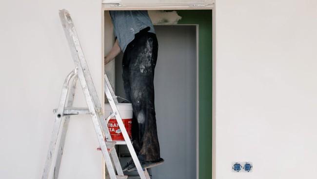Poradnik bezpiecznego remontu. Jak pracować z drabiną?
