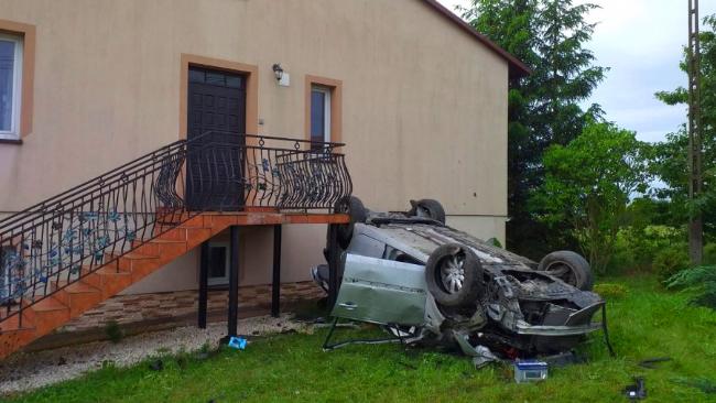 24-latka dachowała Renaultem i uderzyła w dom