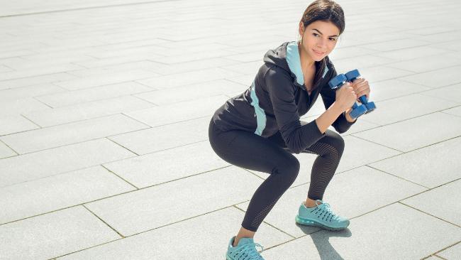 Trening siłowy w domu - ćwiczenia na uda i pośladki z hantlami