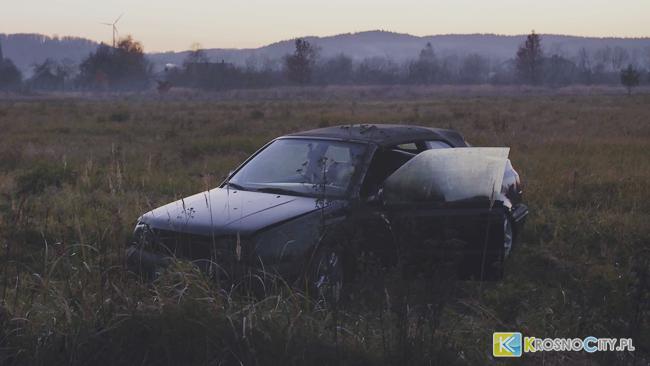 Kierowca VW wypadł z drogi w Bóbrce. Czy Nissan zajechał mu drogę?