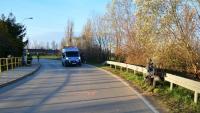 Mężczyzna motocyklem uderzył w barierę