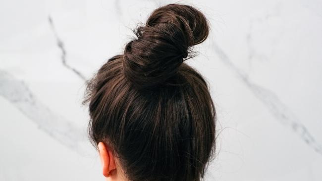 Stres sieje spustoszenie na głowie. Na ratunek włosom