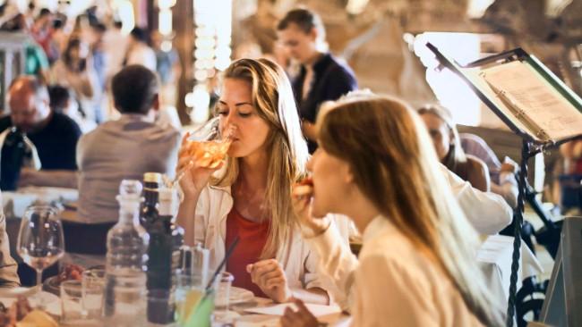 Za rozsiewania wirusa odpowiadają głównie wybrane miejsca, np. restauracje