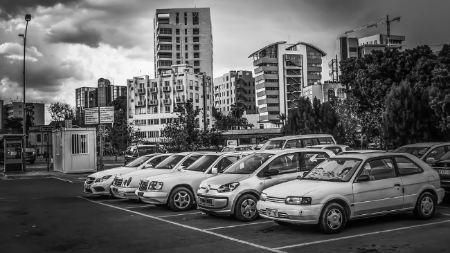 Co trzeba wiedzieć, zanim zostawisz samochód na parkingu obok lotniska?