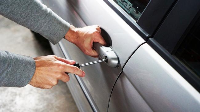Kradzież samochodu z dokumentami - co na to ubezpieczyciel?