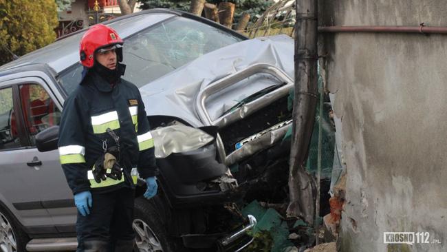 Kobieta trafiła do szpitala. To skutek zderzenia samochodu z domem