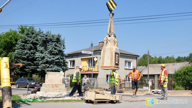 Rozpoczęła się operacja przenoszenia kapliczki we Wróbliku [ZDJĘCIA]
