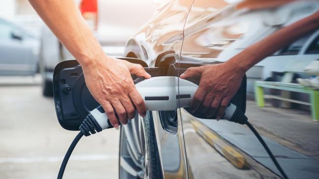Samochodem elektrycznym na lotnisko? Czy warto zostawiać e-auto na parkingu?