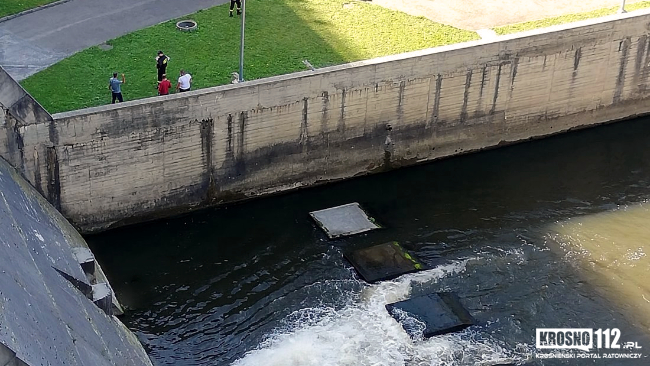 Mężczyzna skoczył z zapory w Sieniawie do rzeki. Nie żyje