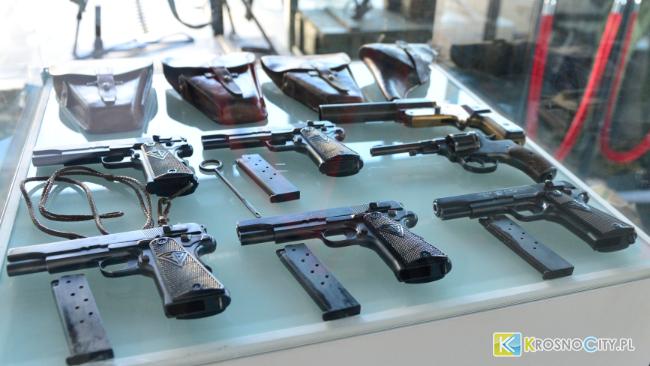 Wystawa broni palnej i odznaczenia dla zasłużonych z okazji Święta Niepodległości