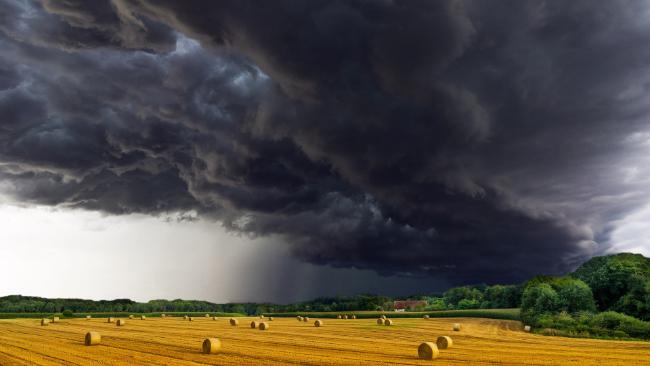 Weekend z przelotnym deszczem i burzami. W niedzielę nietypowe dla lata wahania ciśnienia